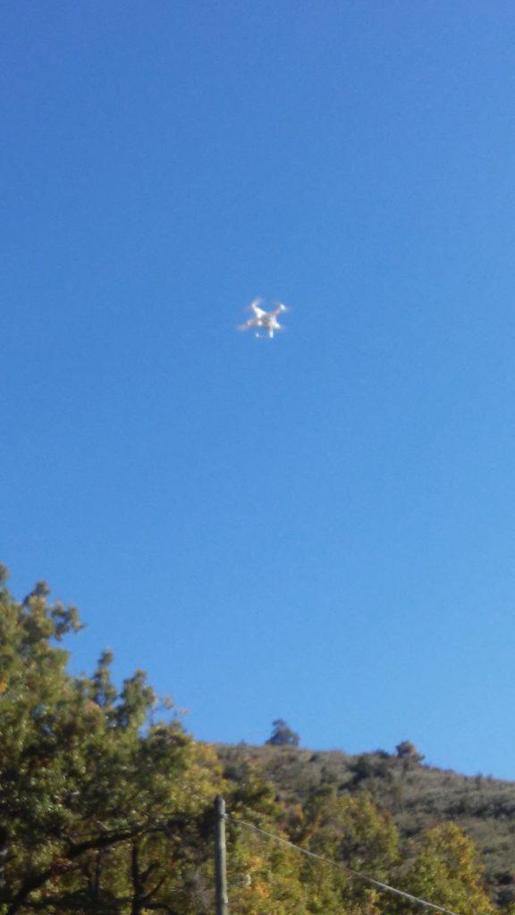 le drone en vol, prêt pour prendre des clichés
